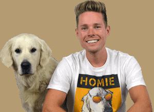 robbin kleinpenning en zijn hond doeka van puppygroep zitten naast elkaar